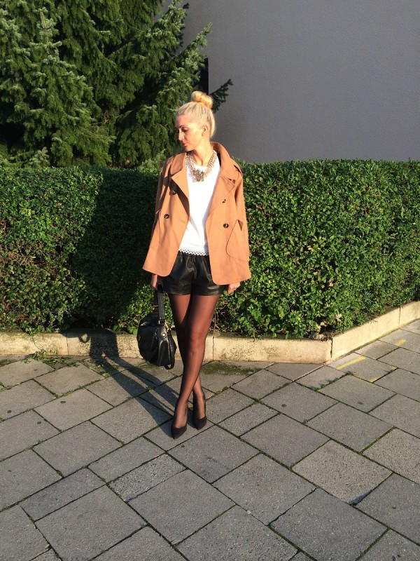 Trenchcoat: H&M (old) / Top: Sheinside / Ledershorts: Zara / Shoes: Pura Lopez / Tasche: Marc by Marc Jacobs / Kette: Hallhuber